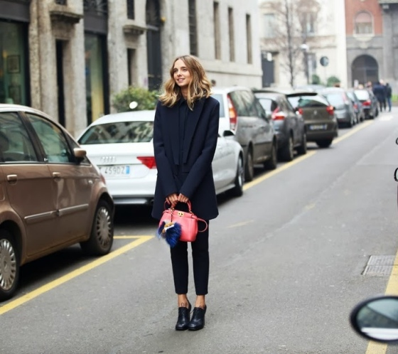 Candela Novembre in total black con mini Bag Bug di Fendi