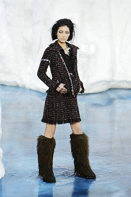 Chanel-FALL-RTW-2010-runway-017-lg