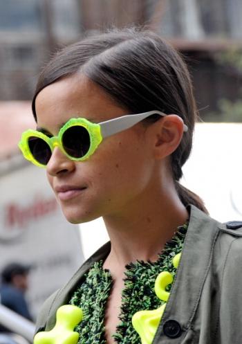 miroslava-duma-neon-sunglasses-street-style_j1az